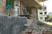 রাজধানী কদমতলী এলাকার অবৈধ সিঁড়ি, বারান্দা ভেঙে দিল রাজউক