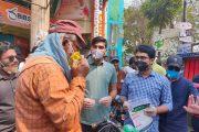 চাঁপাইনবাবগঞ্জে জেলা পুলিশের লিফলেট ও ছাত্রলীগের হ্যান্ড স্যানিটাইজার বিতরণ